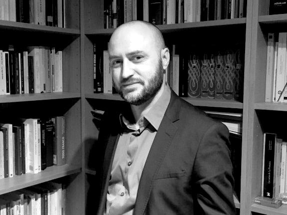 José Antonio Llera en un rincón de su biblioteca